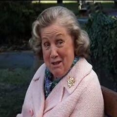 Señora en banca del parque en <a href=