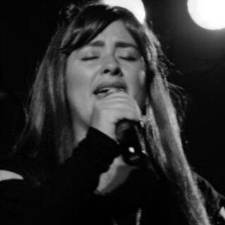 Marisa cantando.