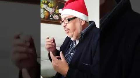 Mario sauret tocando el piano de forma navideña