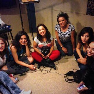 Maggie Vera, Analiz Sánchez (Rainbow Dash), Elsa Covian (Rarity), Claudia Motta (Applejack), Carla Castañeda y Melissa Gedeón durante la grabación de la canción Equestria Girls. (08/07/13)