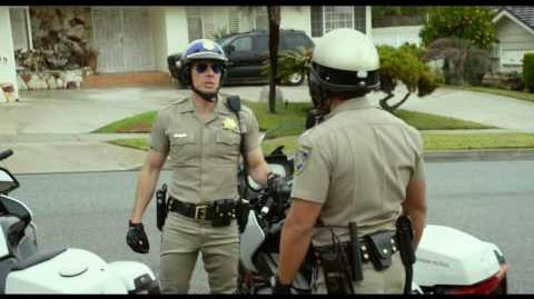 """CHIPS PATRULLA MOTORIZADA RECARGADA - Preparate 30"""" - Oficial Warner Bros"""