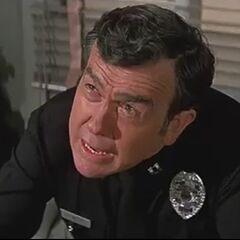 Capitán de policía (Lonny Chapman) en <a href=
