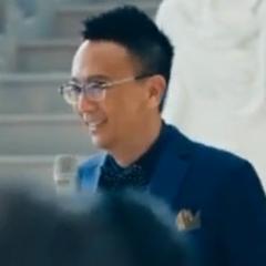 Dan (Presentador en exhibición de arte) (Lawrence Cheng) en <a href=