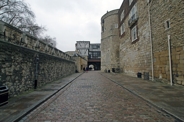 File:Tower of london outer ward byward from inside.JPG