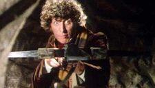Cuarto Doctor disparando una ballesta