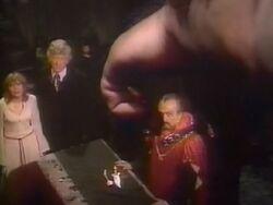 Tercer Doctor impide el ataque de Azal