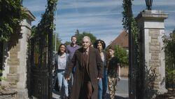 Bill y sus compañeros llegando a la casa