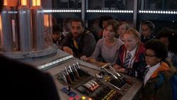 Danny, Clara y los niños en la TARDIS - In the Forest of the Night