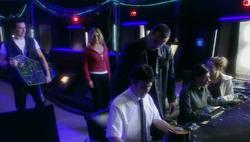 The Parting of the Ways - Jack, Rose y el Doctor con los programadores