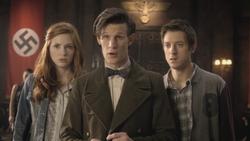 El Doctor, Amy y Rory tras salvar a Hitler