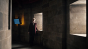 Heaven Sent - El Doctor en un pasillo con ventanas