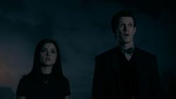 TNOTD - Doctor y Clara viendo la tumba TARDIS
