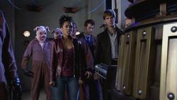 DIM - El Doctor, Martha y otros retenidos por Daleks
