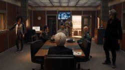 El Doctor y Bill con los líderes en Turmezistan