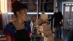 El Doctor ayuda a Bill a mudarse - Knock Knock