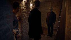 El casero aparece ante el Doctor y Harry - Knock Knock