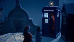 El Doctor aparece en el techo de la casa de Clara