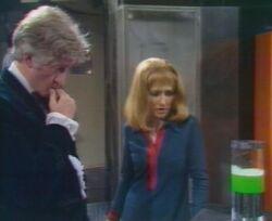 Tercer Doctor y Liz observan el cieno verde