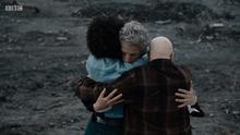 Duodécimo Doctor abraza a Bill y Nardole - TUAT