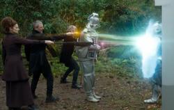 Bill, el Doctor, el Amo y Missy atacan a un Cyberman