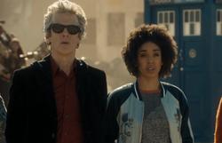 El Doctor y Bill frente a la pirámide