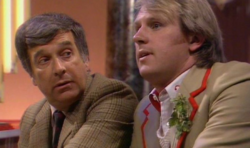 El Doctor conversa con el Brigadier