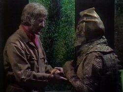 Tercer Doctor habla con Siluriano