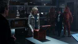 The Zygon Inversion - Kate frente a una de las cajas