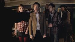 El Doctor, Amy y Rory retenidos por Avery