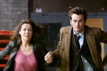 177 Sarah Jane und der Doctor rennen