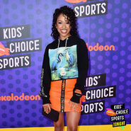 KidsChoiceSportsAwards18-Liza carpet1