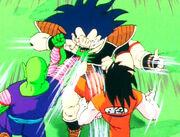 Goku y piccolo peleando contra raditz