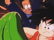 Goku y Androide 8 esquivan