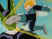 Vegeta tira un calcio a Cell