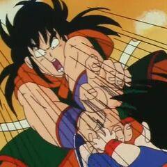 Yamcha colpisce Son Goku con il Rogafufuken.