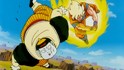 Son Goku colpisce Androide 19 a terra