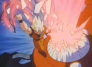 Goku perforando la máquina de Gas Destructor de Gran Apron