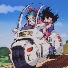Bulma e Son Goku viaggiano in moto.