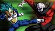Vegeta golpeando a Jiren