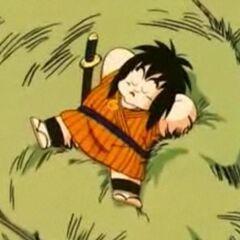 Yajirobei che dorme sul carro di un contadino.