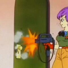 Il Colonnello Violet che sfonda una porta col mitra.