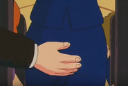 Kame-Sen'nin toca el trasero de la azafata