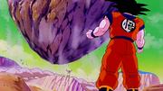 Freezer lancia contro Goku un masso enorme