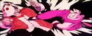Goku intentando patear a su abuelo