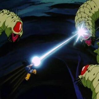 Goku attacca un Mouma con la Kamehameha.