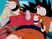 Goku da un cabezazo a yajirobe