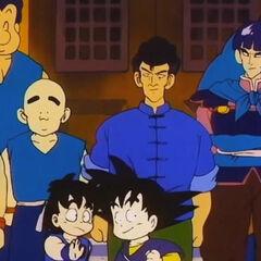 Chin assieme al figlio Shoken e le due scuole salutano Son Goku in partenza.