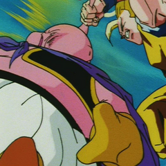 Супер Сайян 3 Гоку тянет Буу за хвост к себе чтобы нанести удар
