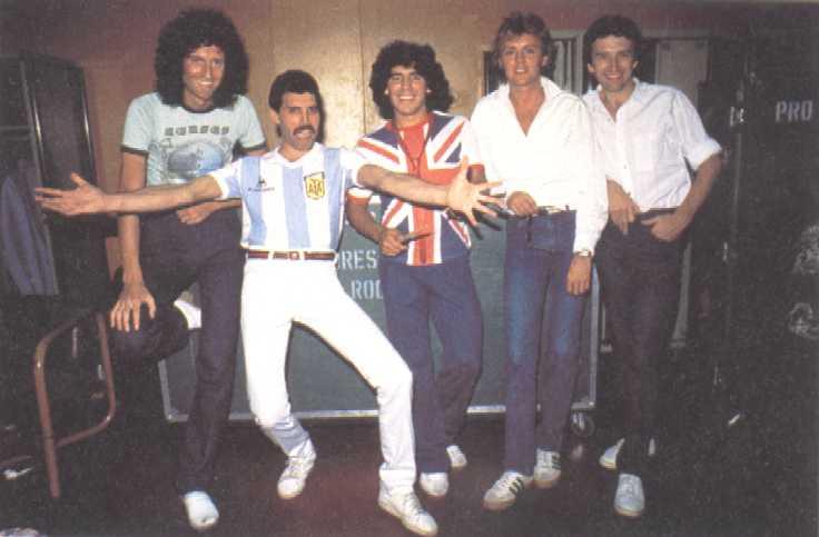 f18fcf3ee636c Maradona (en el centro) posando con los miembros de Queen