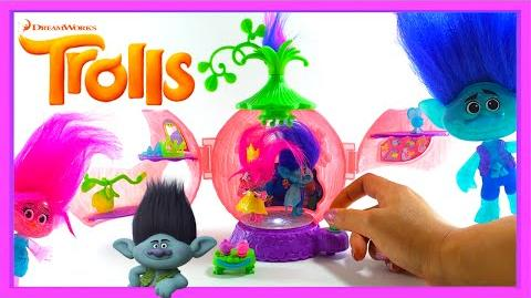 DreamWorks Trolls Poppy's Coronation Pod Playset Poppy & Branch Dolls Cant Stop The Feeling